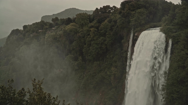 4K大森林的瀑布视频素材