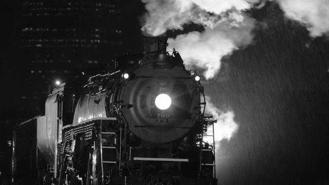 下雨天上的蒸汽火车冒蒸汽视频素材