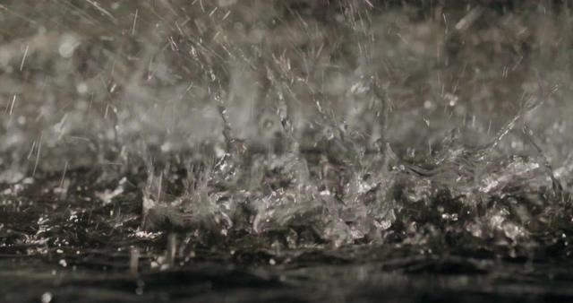 下瓢泼大雨的视频素材