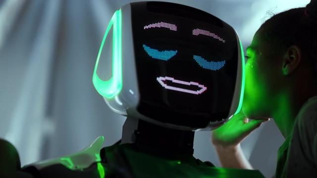 4K在和机器人说悄悄话的女孩视频