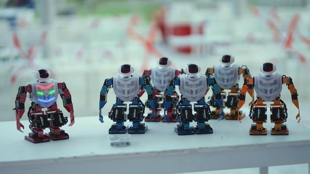 一群跳舞的机器人视频素材