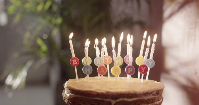 在生日蛋糕的蜡烛上点烟花视频素材
