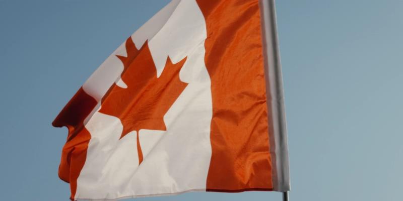 4K加拿大国旗在杆子上迎风飘扬
