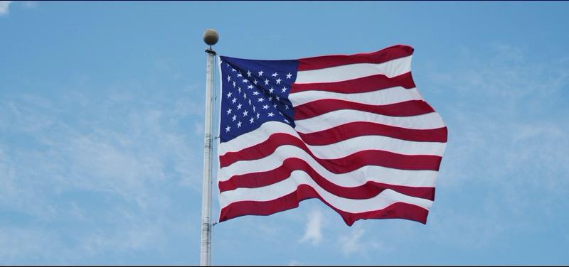 4K浅蓝色天空下载的美国国旗