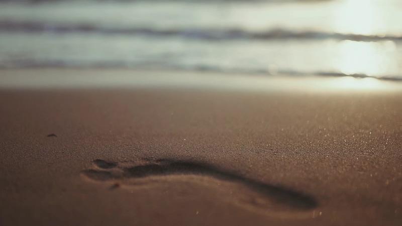 沙滩上的一个脚印视频素材