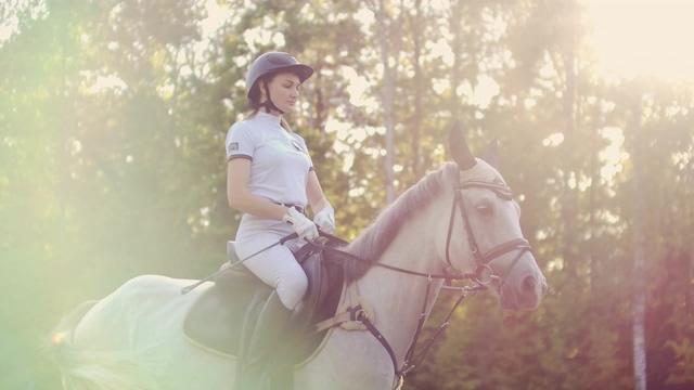 4K小清新唯美骑马的人视频素材