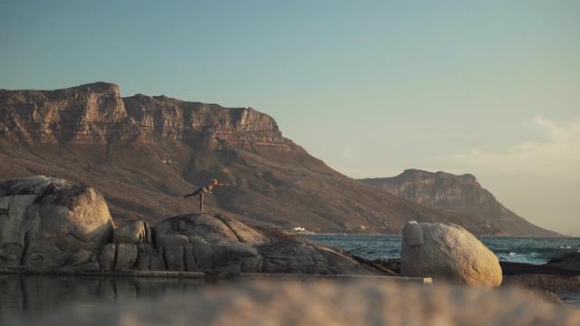 透过石头看到在做瑜伽的女人拉伸视频素材