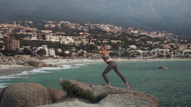 石头顶上在做瑜伽的女人视频