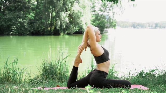 在湖边做瑜伽的女人视频