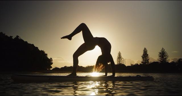 4K在湖面船上做瑜伽的女人视频