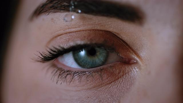 4K一滴水珠从美女眼睛前滴落视频素材