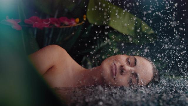 4K水花拍打在美女脸上视频素材