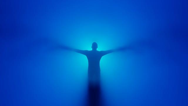 梦境冥想蓝色背景前一个男人视频