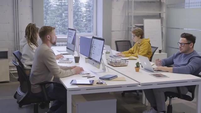 公司办公室里的同事视频素材