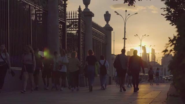 傍晚走在路上的人流视频素材免费下载