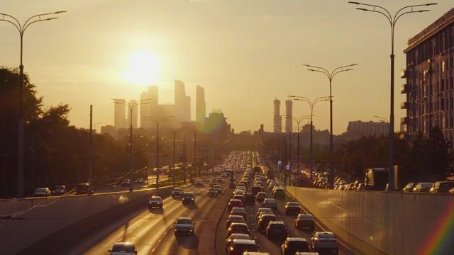 日落傍晚的城市车流视频免费下载