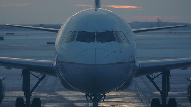 4K在跑道上滑行的飞机视频素材