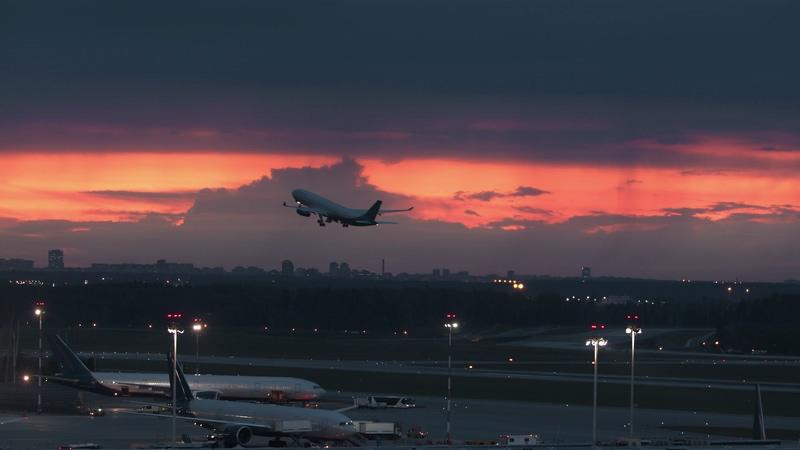 4K清晨机场飞机起飞视频素材