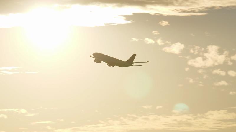 4K飞机起飞经过太阳前剪影视频