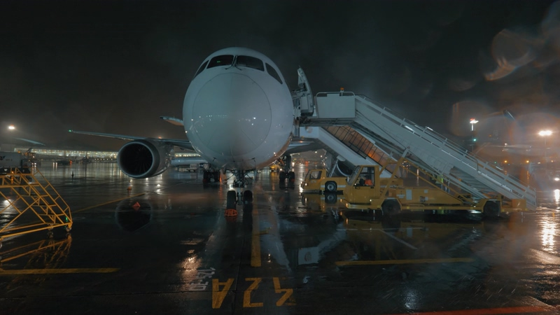 4K下雨天飞机场上的飞机视频