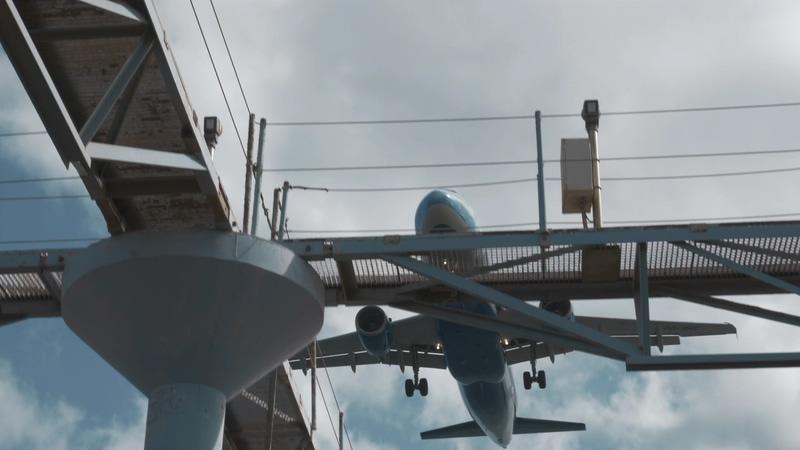 4K飞机从头顶上掠过视频素材