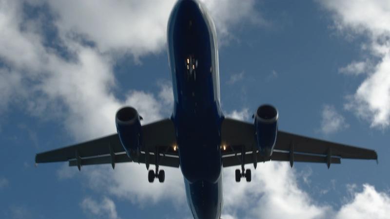 4K飞机从头顶上飞过视频