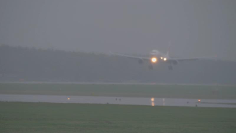 4K下雨天飞机降落视频素材