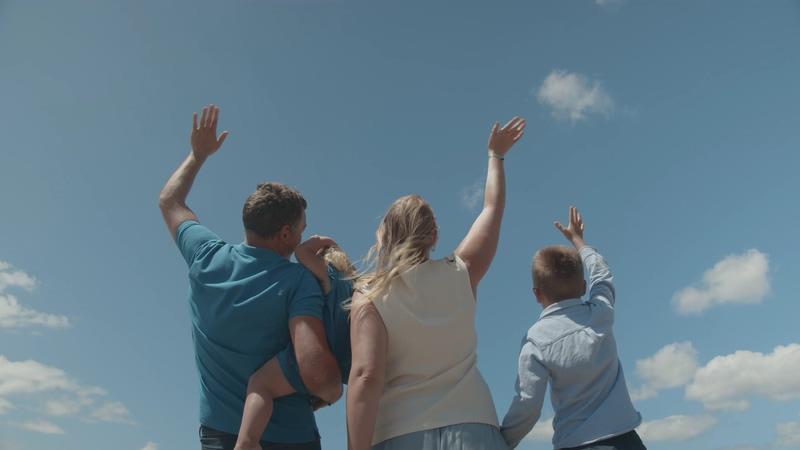 4K向飞机挥手的一家人视频素材