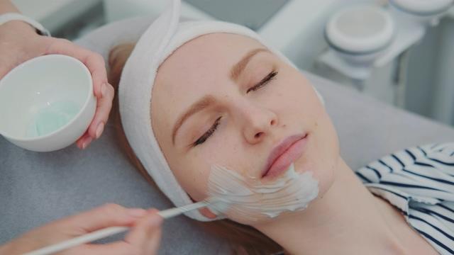 4K在美容院做面膜的女人视频素材