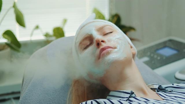 4K在美容院做皮肤保养视频素材