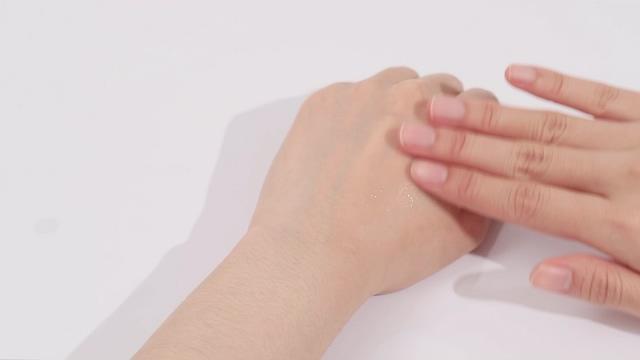 在手上涂抹化妆品视频素材