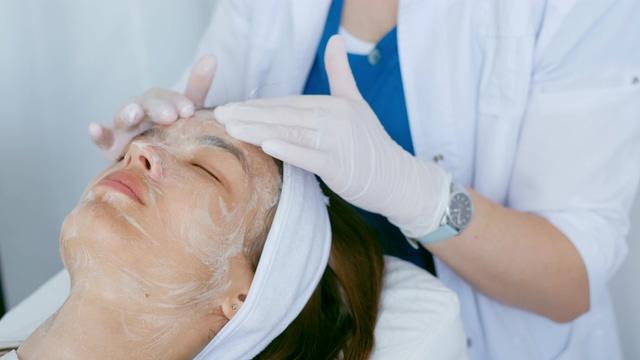 在美容院做护理视频素材