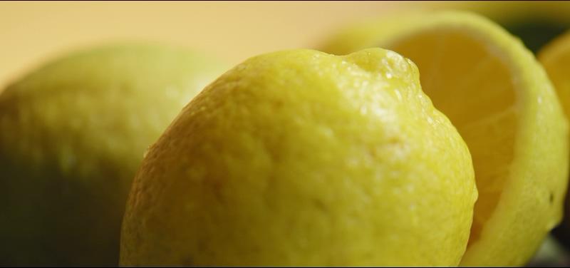4K桌面上黄色的柠檬