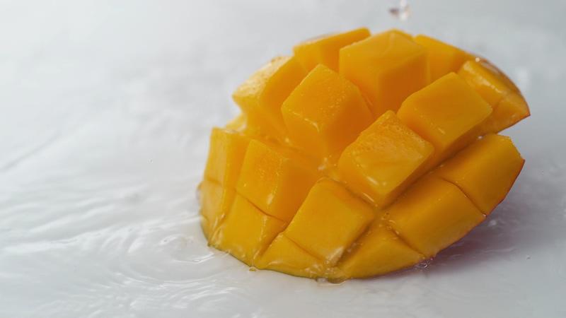 4K桌面上切开的芒果丁视频素材